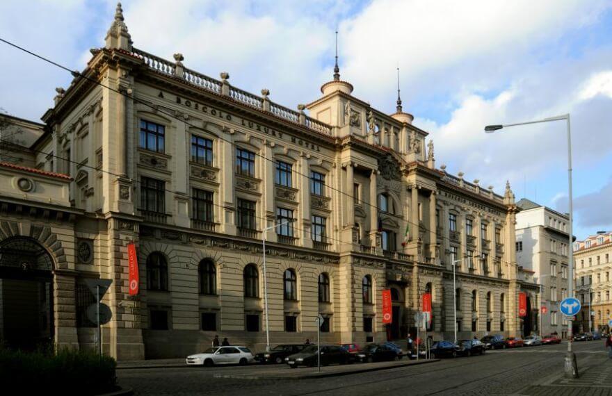 Obrázek pohledu na přední stranu Hotelu Boscolo Prague ***** na Praze 1